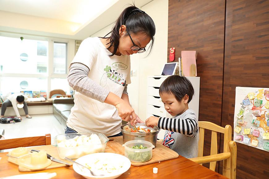婉君家的小孩吃飯時很有主見,幫忙料理也駕輕就熟。