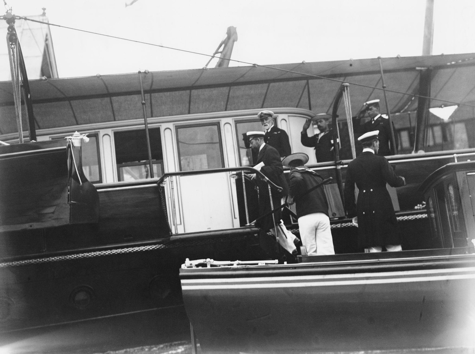 1909. Царь Николай II сходит на берег на острове Уайт во время регаты в Коузе