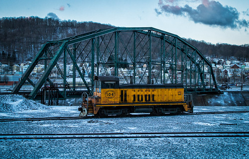 train trains emd sw7 locomotive switching shortline short line urbna steel mill rails sunrise snow cold shop conemaugh black lick cbl 104 johnstown pa pennsylvania