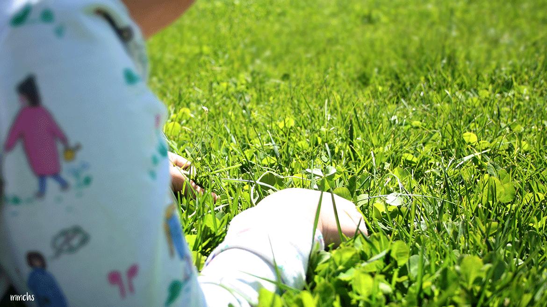 niña jugando en el césped