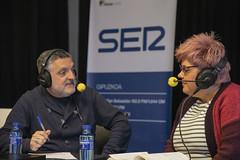 Maite Gorrotxategi, organizadora de la recogida de alimentos y la paella solidaria, charla con el locutor Juanma Cano.
