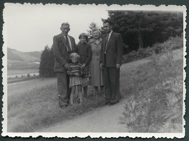 Archiv S805 Familienfoto beim Ausflug, 1950er
