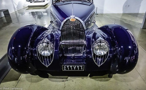 zajdowicz availablelight lightroom usa travel leica car automobile classic bugatti grille headlights fenders hood 1939 petersenautomotivemuseum losangeles california color blue colour inside indoors light reflections shadow metal steel chrome glass licenseplate