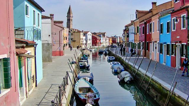 Farbige Häuser und Fischerboote
