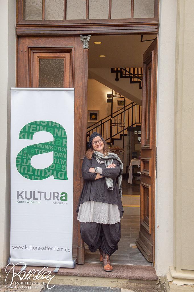 Die Künstlerin Adriane Skunca in der Tür der Rathausgalerie Attendorn