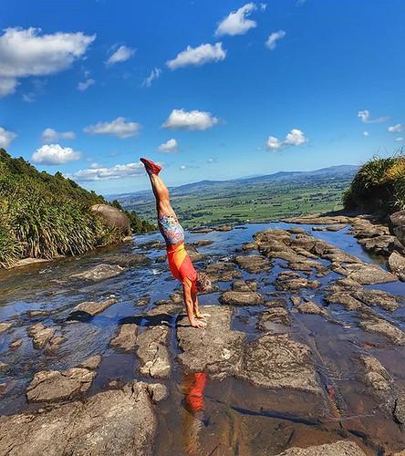 A perfect spot for a handstand #handstandsuphigh #handstandinariver #wairerefalls @zeenyaclothing #zeenyaclothing #trailrunning #autumn | by easegill