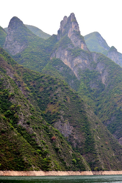 ROUGH COUNTRY ON THE RIVER'S EDGE.. THE NARROW THREE GORGES, YANGTZE CANYON,  CHINA