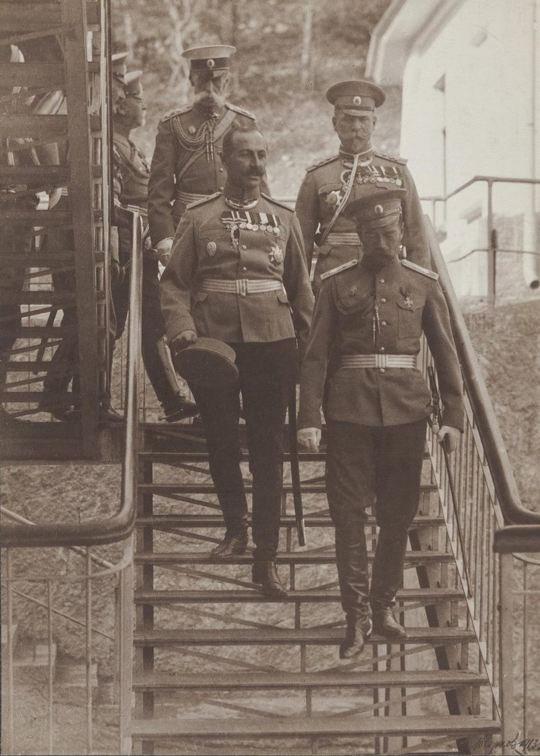 1913. Пребывание Николая II в Ореанде. Николай II с группой военных на ступенях. 24 октября