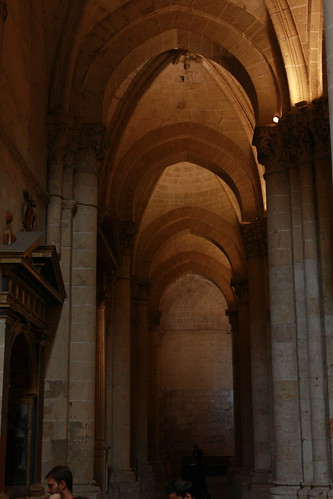 Columnas y arcos en nave lateral | by fernand0