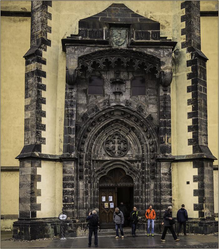 vor dem Gotteshaus in Leitmeritz