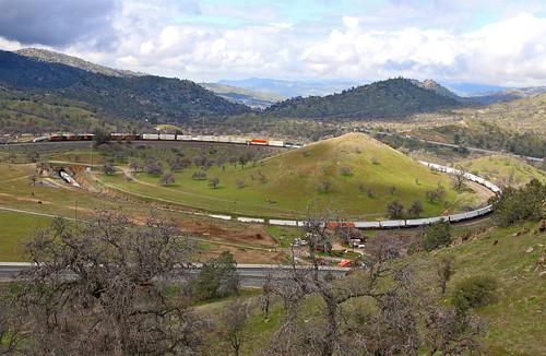 trains railroads bnsf mojavesub tehachapiloop intermodaltrains walong california