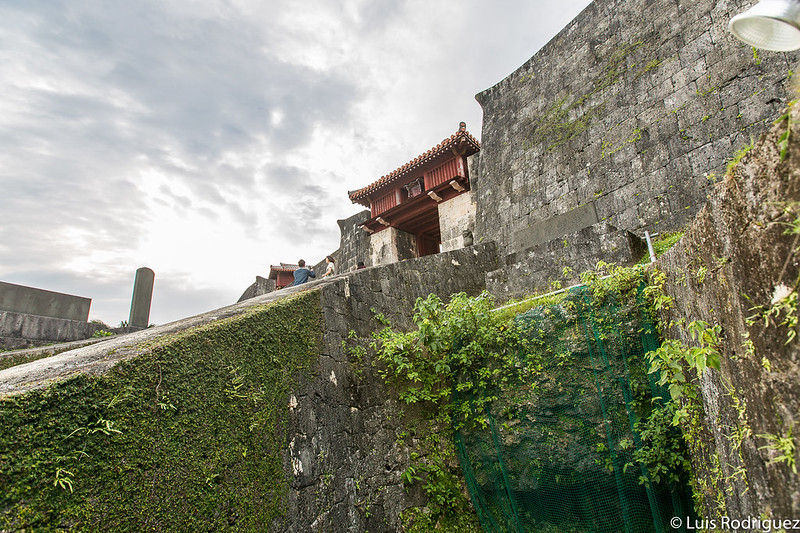 Conducto de agua Ryuhi y puerta Zuisenmon al fondo