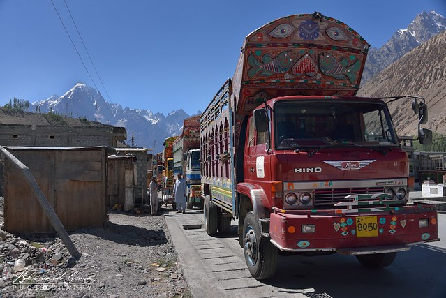 Camions en attente de chargement, à Sost, sur la Karakoram Highway © Bernard Grua