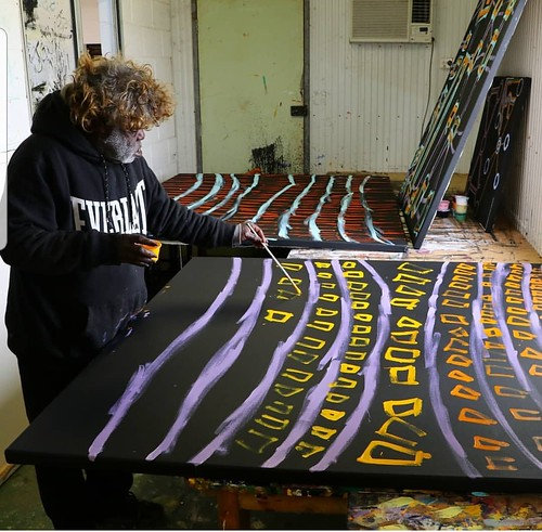 Featured artist Bob Gibson of Tjarlirli Art. Image courtesy of Tjarlirli Art.