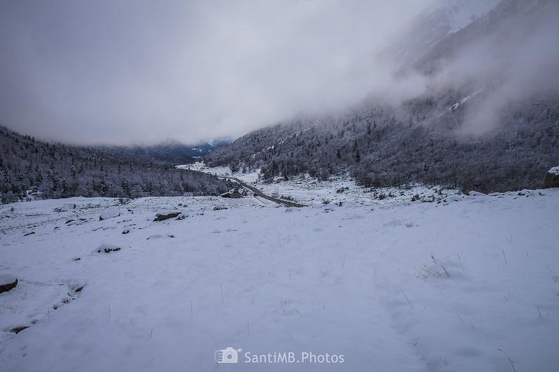 Valle de Barravés y carretera del Valle de Arán desde el sendero al Espitau de Vielha