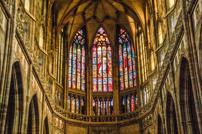 教堂內中廊彩繪玻璃
