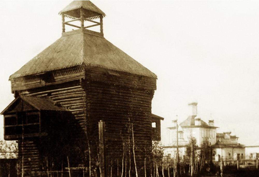 Восточная надвратная башня Якутского острога