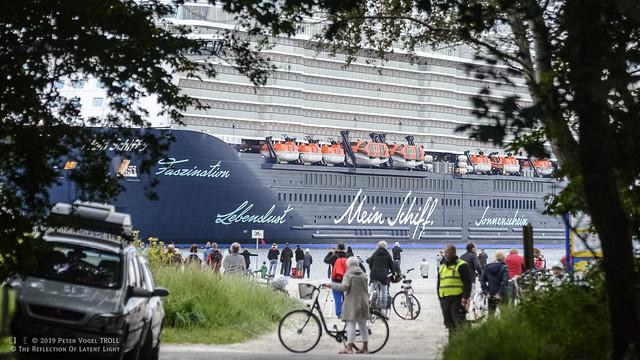 TUICruises • Mein Schiff 5 • E X P L O R E • Schiffstaufe in TRAVEMÜNDE • Abbiegen in die Hafeneinfahrt • 16A6100
