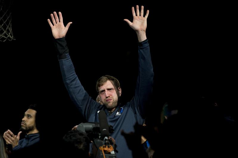 Dirk Nowitzki向聖安東尼奧球迷表達感謝之意。(達志影像)