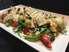 Ensalada de rúcula, pera y fresas, parmesano y aliño de modena y frutos secos con yogur