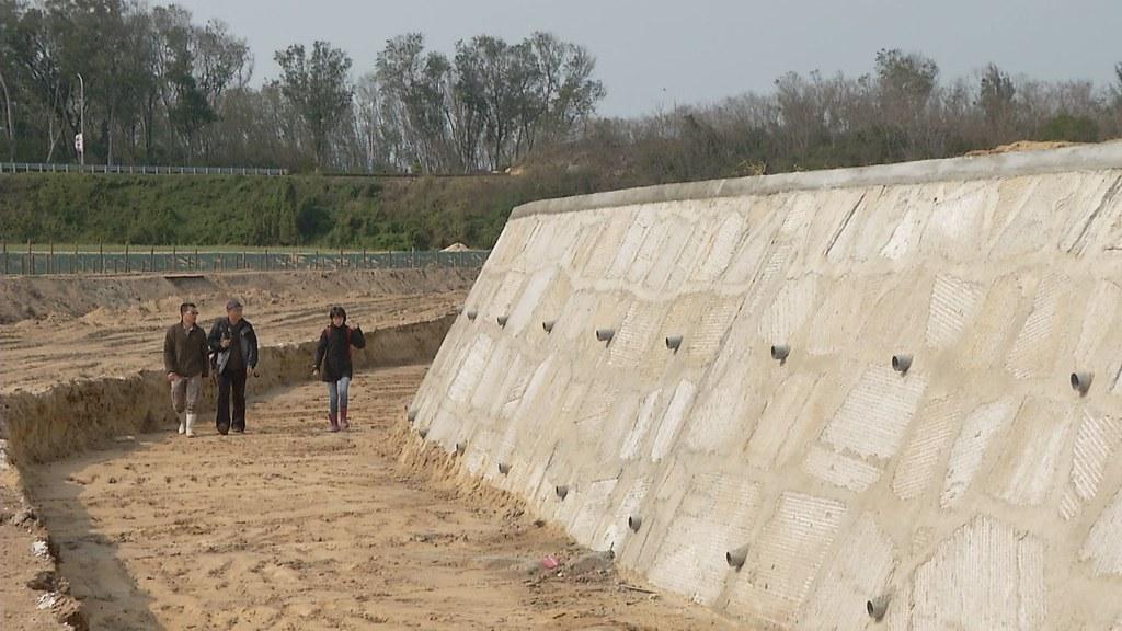 金沙溪實際施工後,原有植被的護岸被全面剷除,新設的護岸全是三面光。