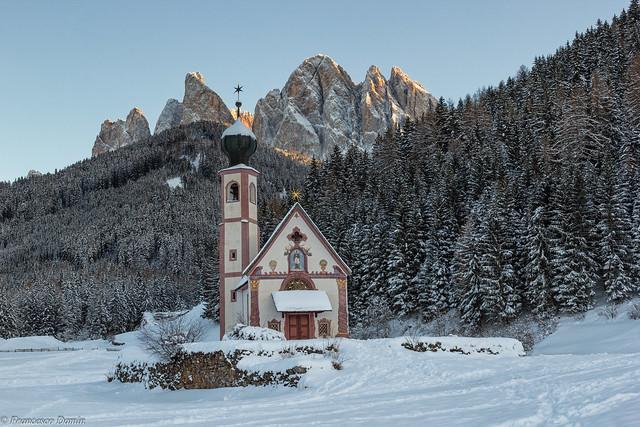 La chiesetta e le montagne