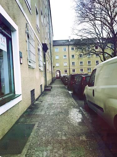 munich münchen ramersdorf sunday sonntag sonntagmorgen sundaymorning snow schnee winter street strase streetphotography sunrise empty emptiness menschenleer leere leer sonnenaufgang sleepingcity schlafendestadt notraffic cars autos building gebäude