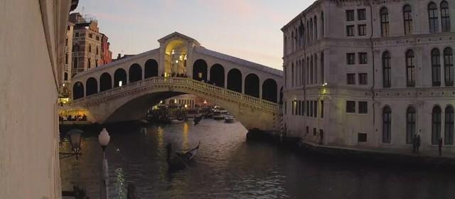 ponte di rialto e canal grande a venezia al tramonto ore 18.40 del 22 marzo 2019