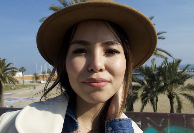 Gulzada, bella i amable, de Kirguizistan, Asia Central, al Passeig Marítim de la Barceloneta, Barcelona.