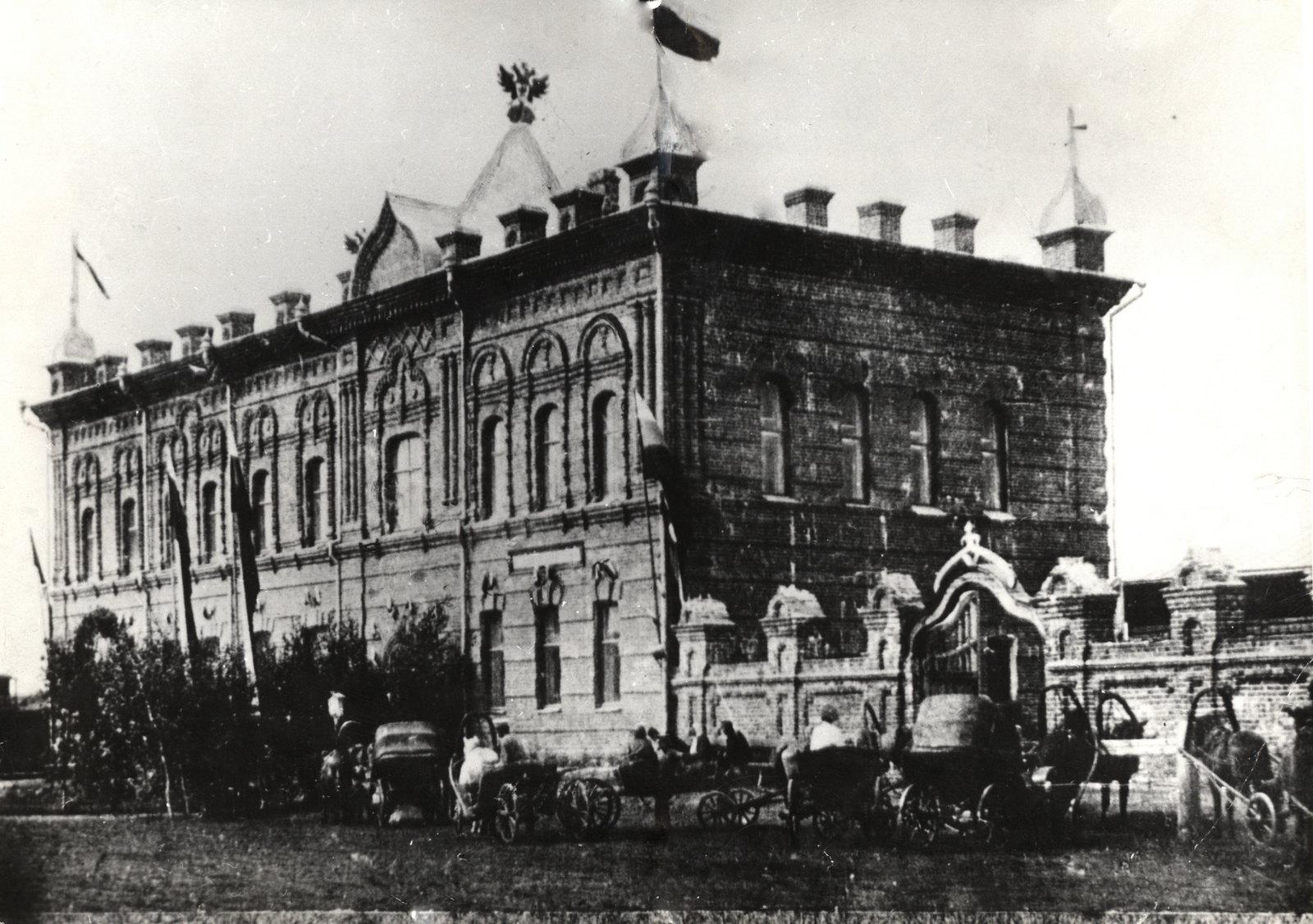 Здание музея и библиотеки.