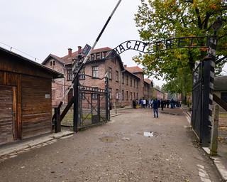 6. Letrero de Auschwitz de El trabajo os hará libres | by Diario de un Mentiroso