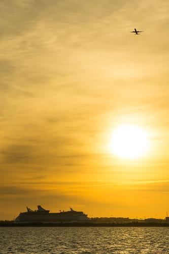 avion au décollage et le bateau de croisière devant coucher soleil airplane take off cruise ship front sunset fortlauderdale floride usa