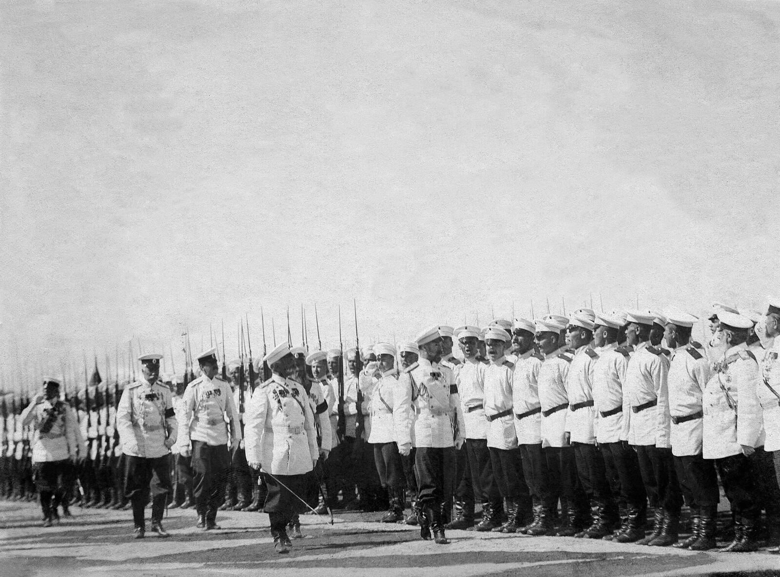 1901. Царь Николай II обходит строй Лейб-гвардии Преображенский полк