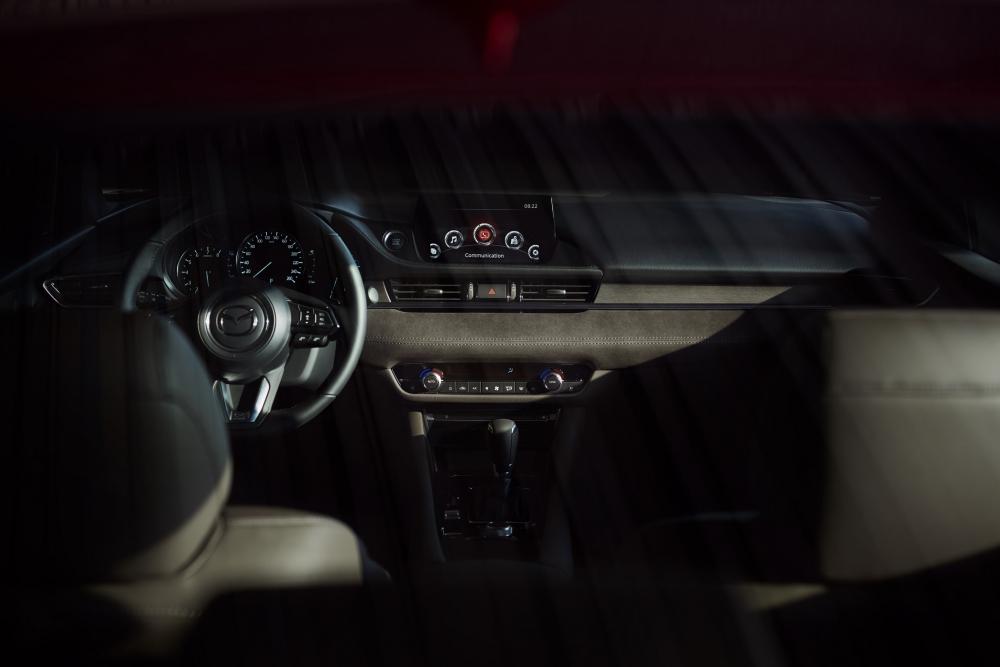 圖四:2020年式Mazda6提升配備水準,全車系標配11具揚聲器之BOSE®環繞音響系統、Windshield HUD前檔投影式全彩抬頭顯示器、8吋中央資訊顯示幕,並結合智慧型手機連結且支援兩大車載系統的MAZDA CONNECT人機智慧資訊整合系統