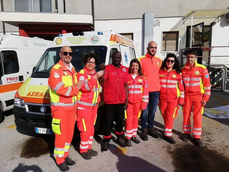 Il caricamento dell'ambulanza per il Senegal