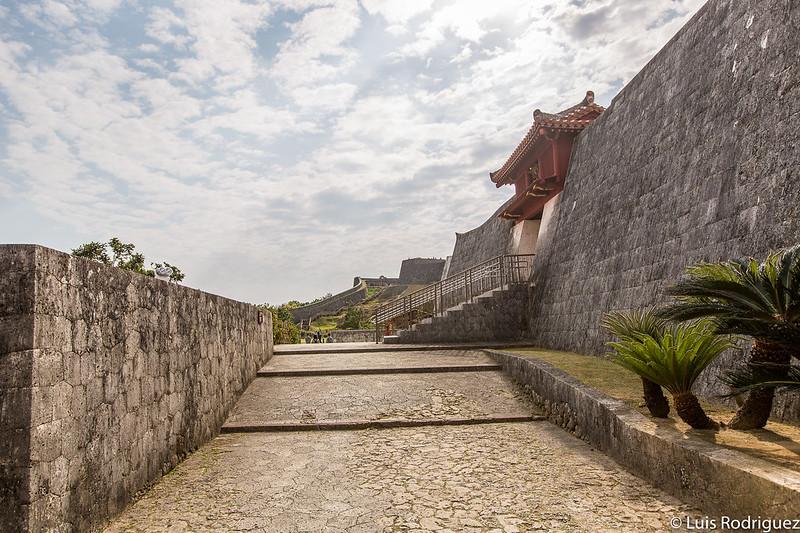 Camino hacia la puerta Shukujunmon y extremo de la muralla