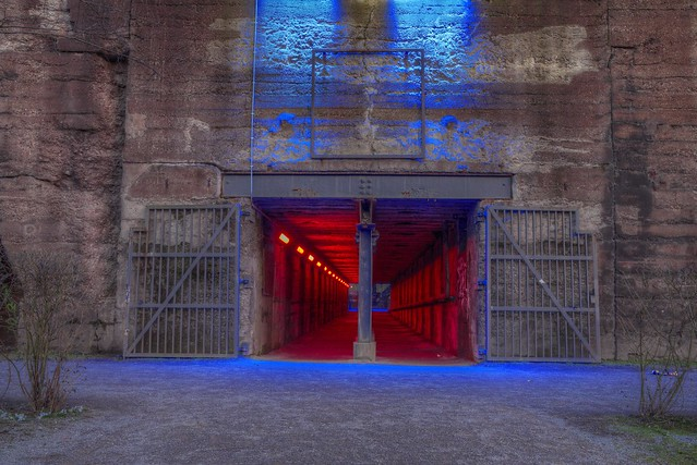 Eingang zum roten Tunnel