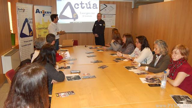 Alberto Sánchez presenta al inspector Rafael Sánchez Julián, delegado de Participación Ciudadana de la comisaría de la Policía Nacional de Salamanca, ponente de la jornada 'Actúa: comercio seguro'.
