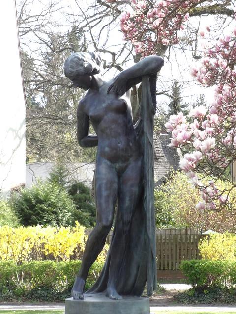 1900 Berlin Phryne (Kröte, so wegen ihrer olivfarbenen Haut genannte schöne Kapernhändlerin) von Ferdinand Lepcke Bronze Hohenzollernplatz in 14129 Nikolassee