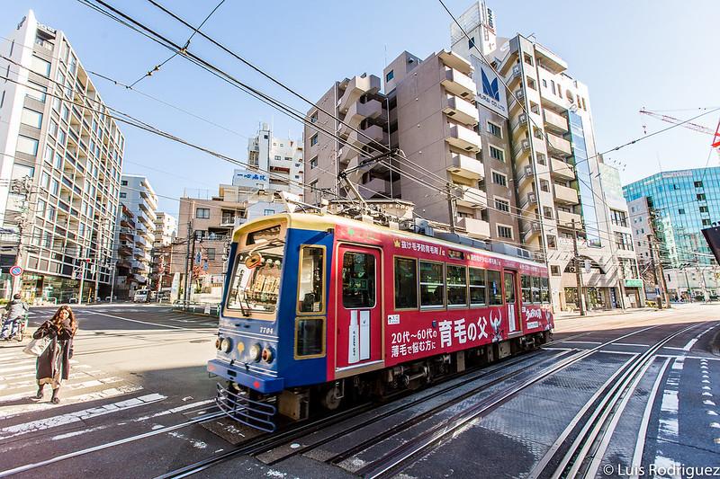 Tranvía Sakura Tram pasando por Otsuka