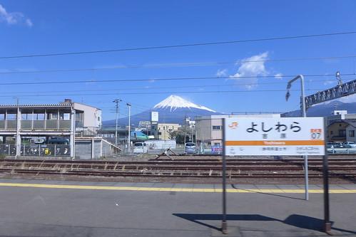 吉原駅で車窓から見える富士山