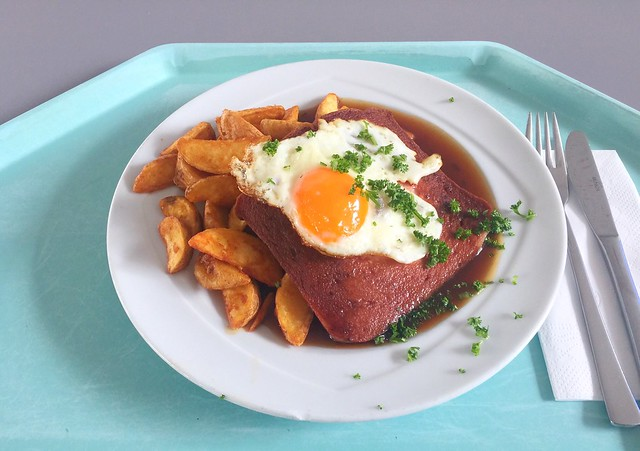 Bavarian meat loaf with fried egg & potato wedges / Abgebräunter Leberkäse mit Spiegelei & Country Potatoes