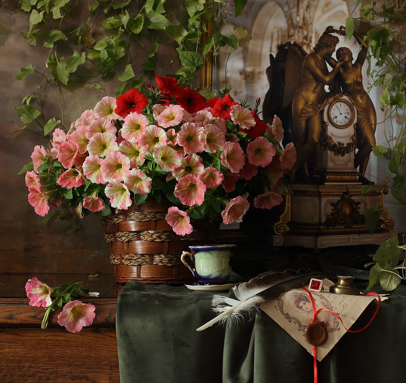 Обои цветы, часы, букет, натюрморт, фигуры, статуэтки, петунии картинки на рабочий стол, раздел цветы - скачать