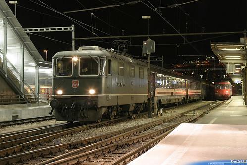 Re 4.4 II , 11142 SBB . 498 (Alpina Express)   Chur  13.12.03.