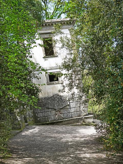 La maison penchée dans le parc des Monstres (Bomarzo, Italie)