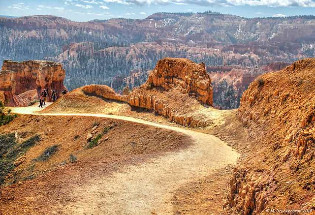 Hikers on Queens Garden Trail in Bryce Canyon National Park, Utah
