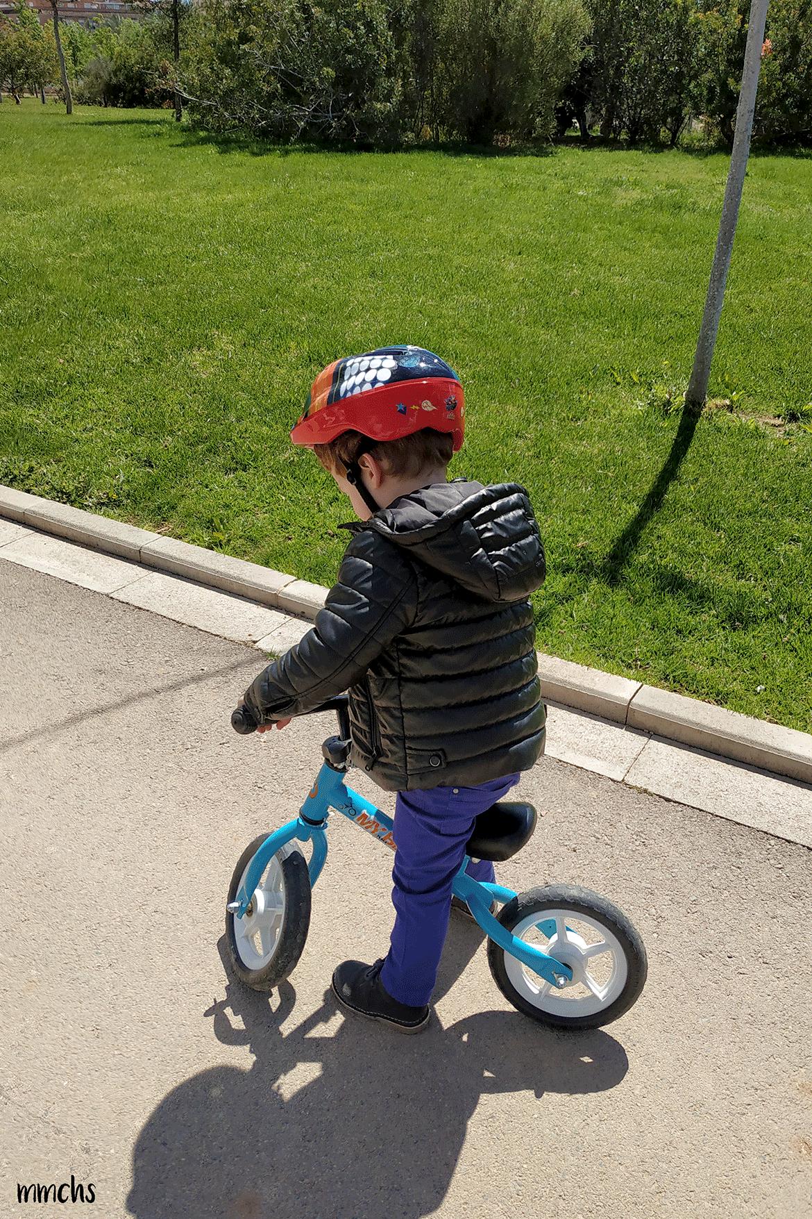 niño con bici de equilibrio