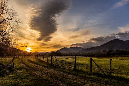 cadescove gsmnp greatsmokymountiansnationalpark tn tennessee usa unitedstates beautiful cloud dawn field fog goldenhour haze landscape landscapephotography mountain nationalpark nature naturephotography outdoors pasture scenic spring sun sunrise valley greatsmokymountainsnationalpark
