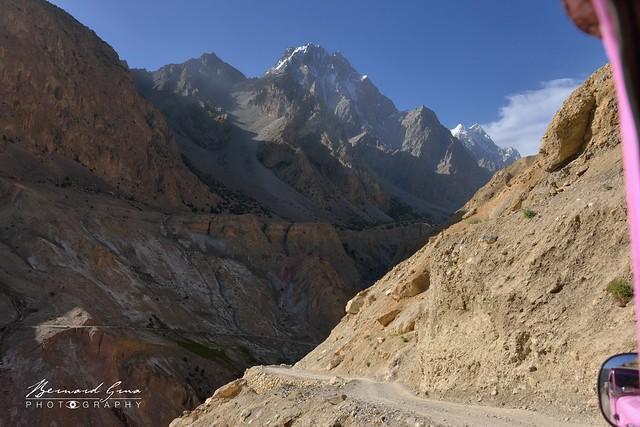 Route en lacet sur versants instable au tiers de la vallée
