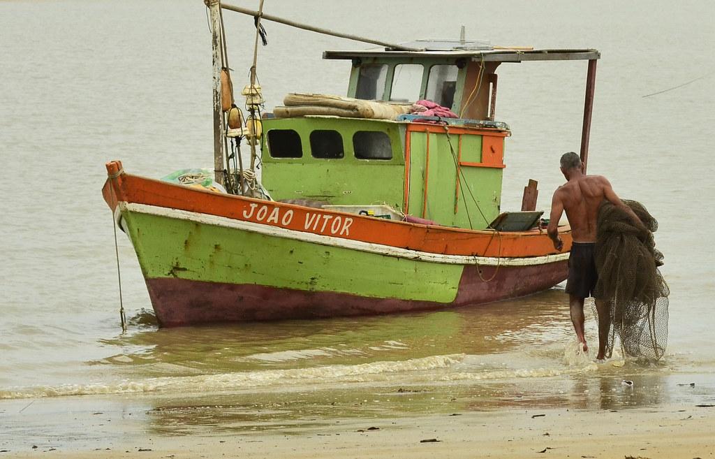 """""""O pescador tem dois amor, um bem na terra, um bem no mar..."""""""